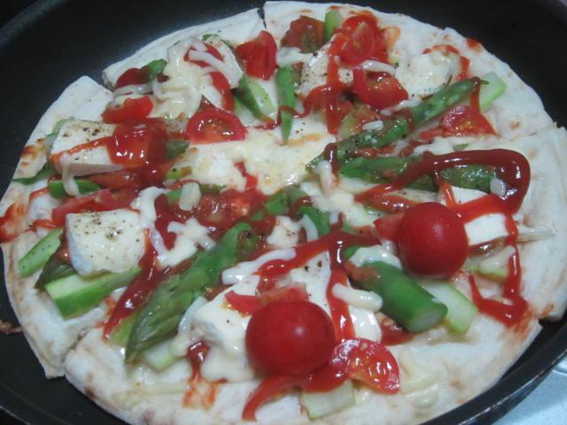IMG 0052 1 - アスパラとトマトとカマンベールチーズのピザ