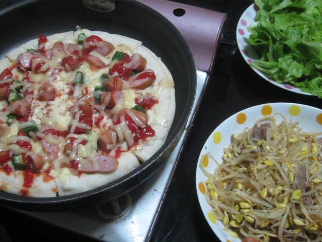 IMG 0076 - フライパンのピザと豆もやしの炒め物に葉サラダ