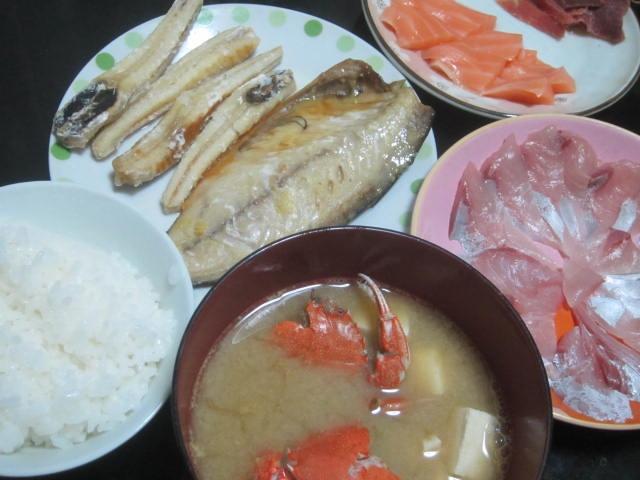 IMG 0015 - ワタリガニの味噌汁とお刺身各種と鯖の塩焼き