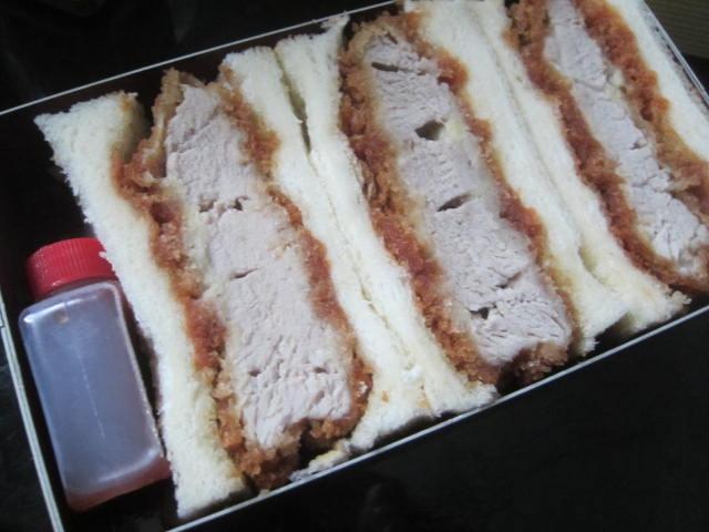 IMG 0104 - ヒレカツサンドを主食にシシャモとトリ肉で乾杯