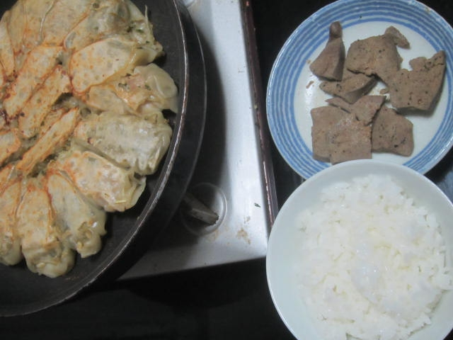 IMG 0037 - フライパンで焼き餃子して頂くお米と豚レバー