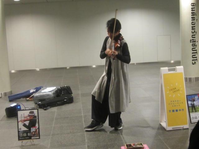IMG 0013 - 札幌の地下歩道で斉藤航さんのバイオリン演奏に遭遇