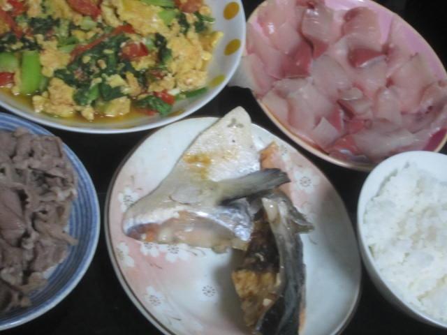 IMG 0002 - 鮭のカマの塩焼きにトマト卵炒めとブリ刺身