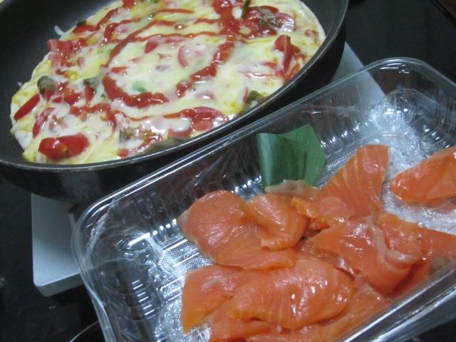 IMG 0033 - 自宅ピザにこんもりチーズ乗せて焼いてスモークサーモンを後乗せ