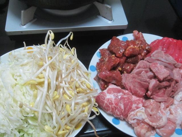 IMG 0075 - 牛と豚と鶏と豆もやしにキャベツの千切りで蒸し焼肉