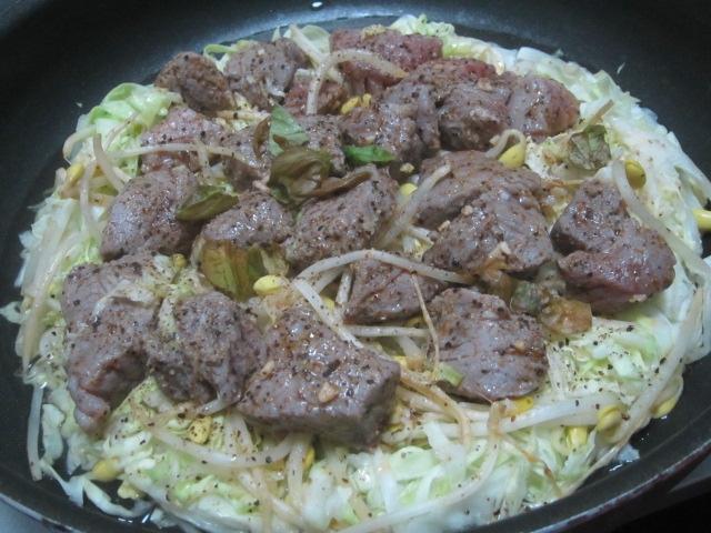 IMG 0076 - 牛と豚と鶏と豆もやしにキャベツの千切りで蒸し焼肉