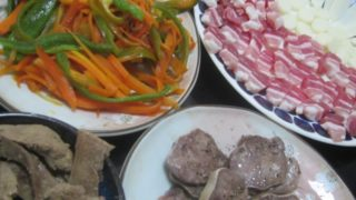 IMG 0011 320x180 - ニンジンとピーマンの炒め物に豚タン&レバーと生ハムチーズ