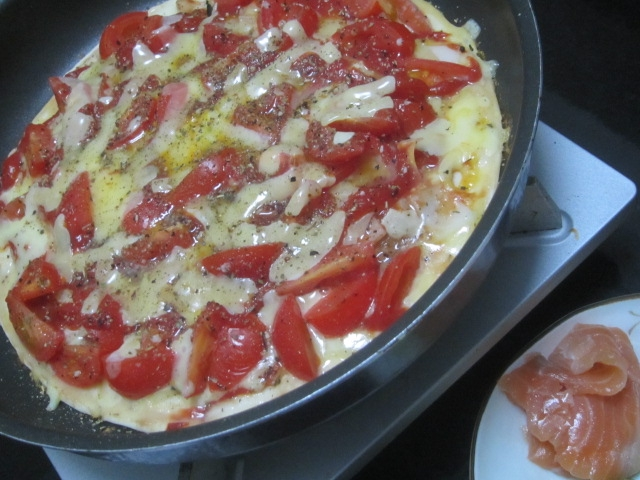 IMG 0003 - チーズとトマトを大量に乗せての自宅ピザとスモークサーモン