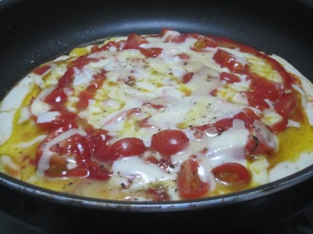 IMG 0016 - トマトとチーズと卵のどっちゃりのせピザ
