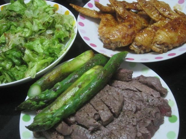 IMG 0025 - 牛モモステーキと手羽先の照り焼きとアスパラ焼き