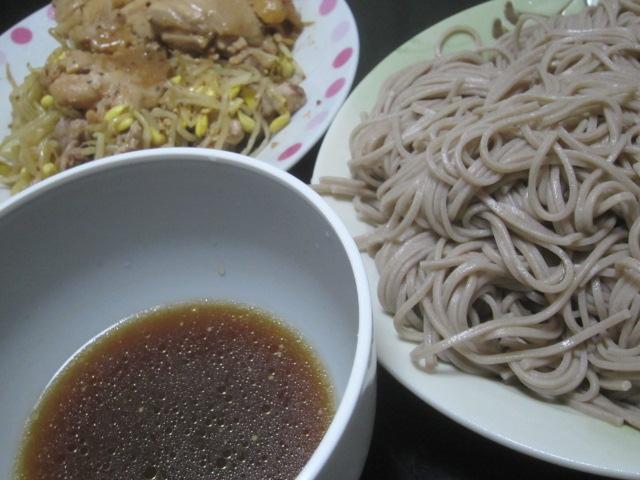 IMG 0087 - 鶏肉の豆もやし炒めと蕎麦を食べて梅酒とチーズで酒盛り