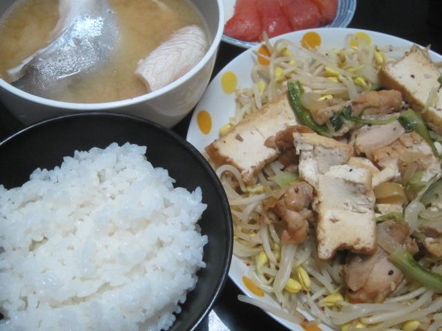IMG 0092 - カンパチのカマとアラの味噌汁にしてもやし炒めに厚揚げ豆腐鶏肉を投入