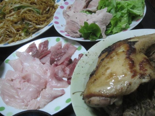 IMG 0256 - 丸鶏の丸焼きとブリカマの刺身と焼きそばと冷しゃぶサラダ