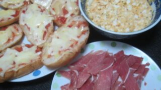 IMG 0398 320x180 - たっぷり卵フィリングと生ハムをクッペピザに載せて